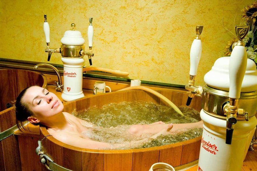 Грудастая девушка принимает ванну после вечеринки  258474