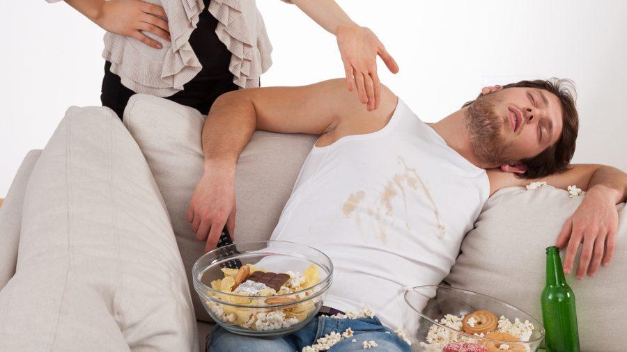 Мужик фотографирует пьяную жену на диване  675764