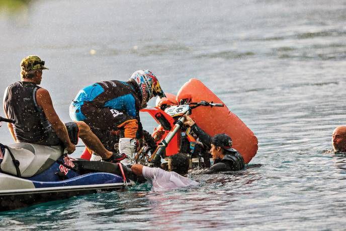 Robie madison на мотоцикле по воде