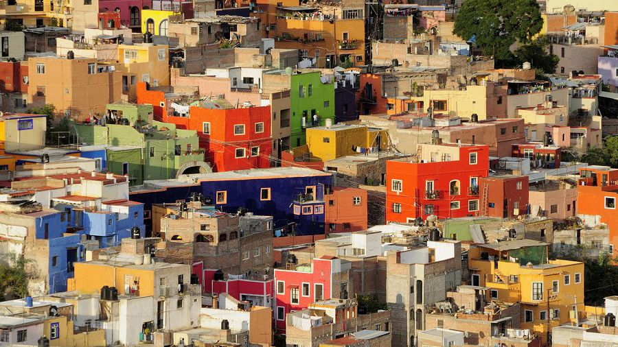 Mexico, Bajio, Guanajuato, Elevated view over colorful housing with flat rooftops