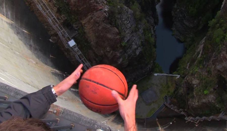 мяч-отклоняется-при-падении-из-за-эффекта-Магнуса-1