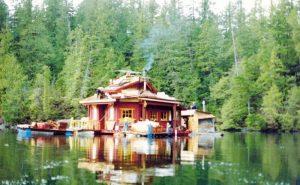 Пара художников создала свой «рай» на плавучем острове