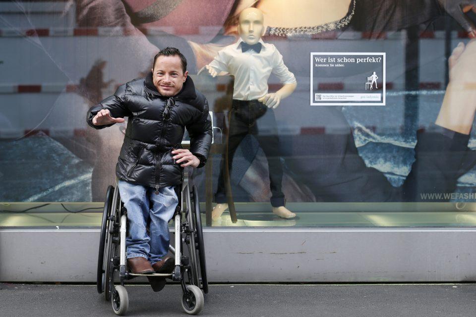 инвалид и манекен