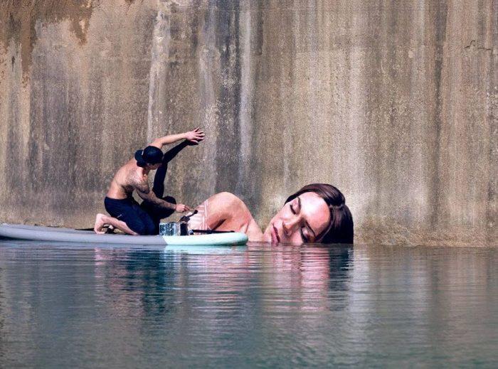 Живопись с помощью доски для серфинга