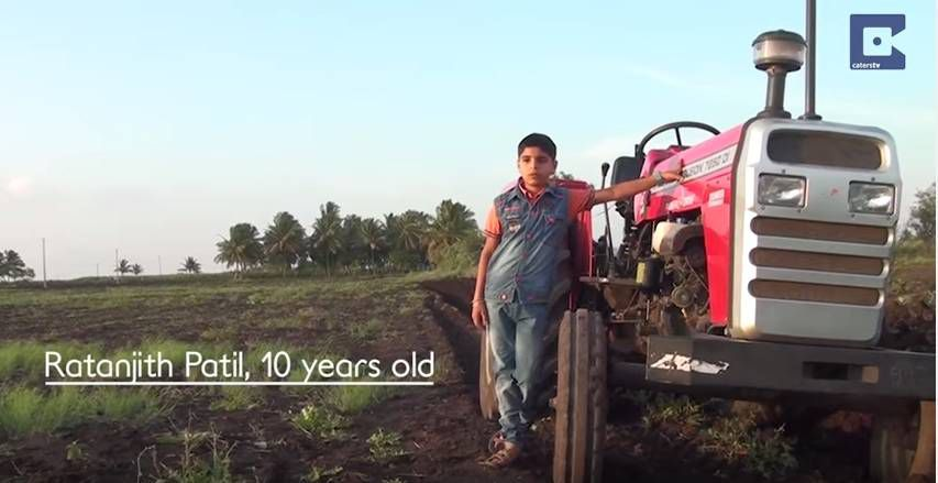 Индийский мальчик тракторист 3