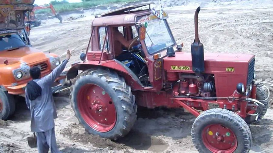 Индийский мальчик тракторист