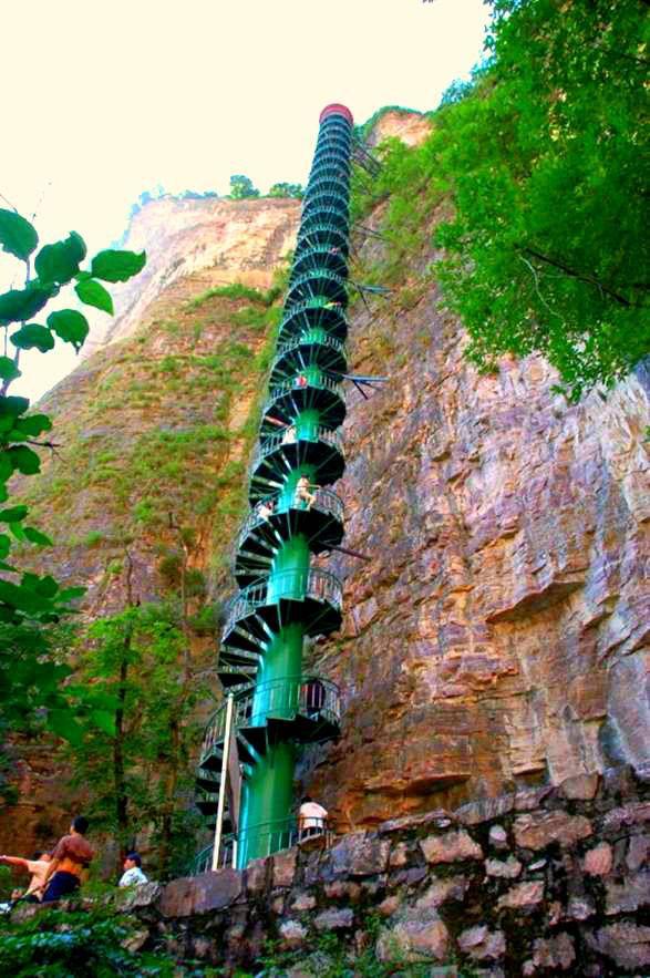Спиралевидная лестница в горах Тайханшань