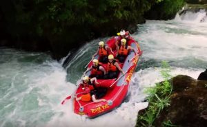 Безумные катания и спуски на лодке по горной реке