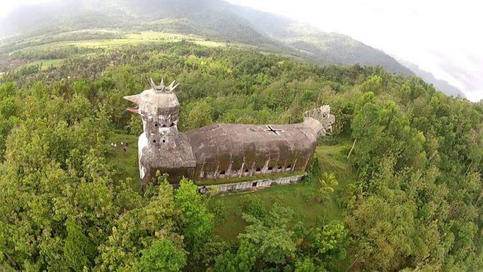 Заброшенный «Храм-цыпленок» в Индонезии