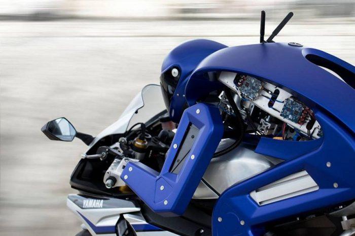 Yamaha представила миру робота, который способен управлять мотоциклом