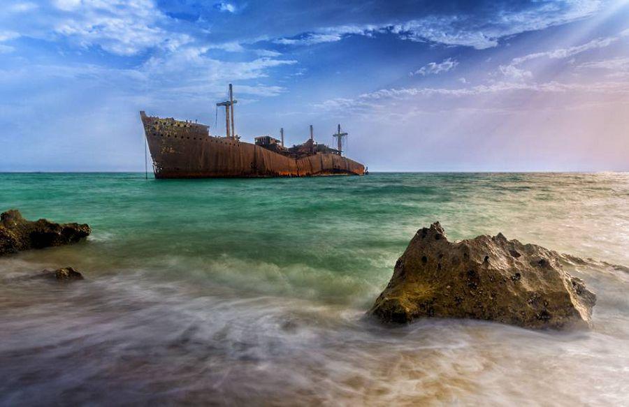 севший на мель корабль на острове Киш