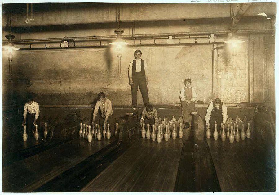 Так называемые Pin boys — мальчики, которые расставляли кегли в боулинге, работая по ночам. Бруклин, Нью-Йорк, США. 1910 год
