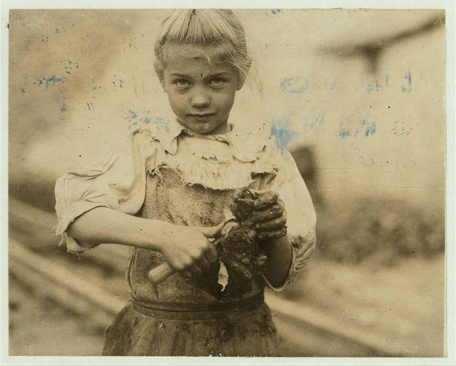 7-летняя Рози продаёт устрицы. Занимается этим постоянно уже два года, работает целый день. Неграмотная. Южная Каролина, США. 1913 год