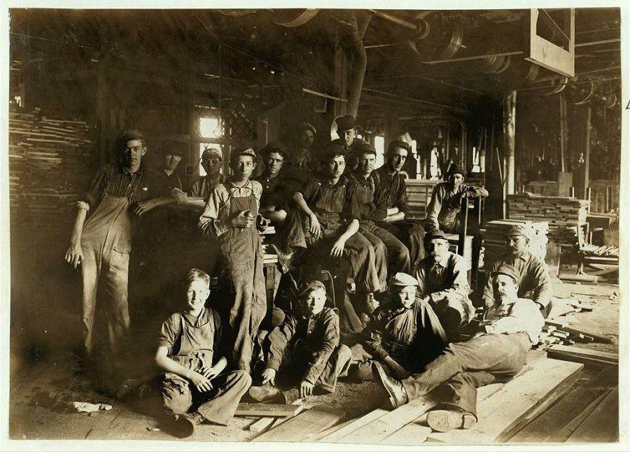 Обеденный перерыв на мебельной фабрике, Индиана. 1908 год