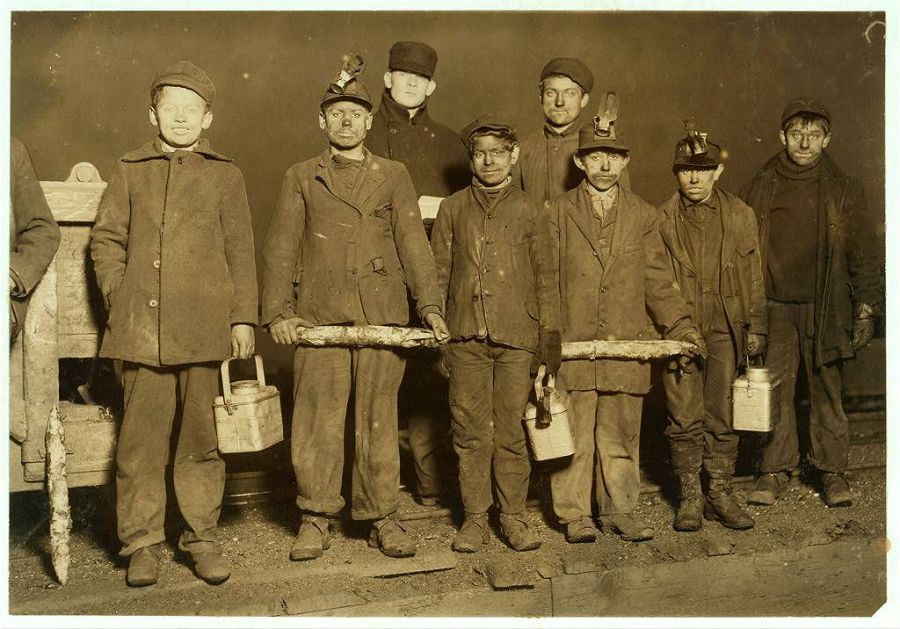Конец рабочего дня. Весь день эти мальчики провели в угольной шахте на глубине 1,5 км. Пенсильвания. 1910 год