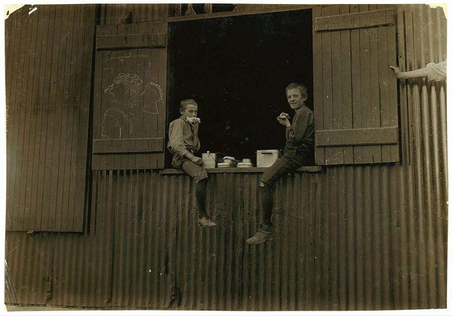 Обеденный перерыв на стекольном производстве в Западной Вирджинии. 1908 год