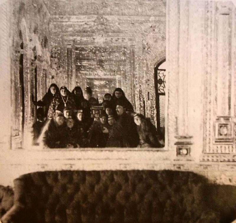 Король Ирана Нассредин Шах со своими наложницами. 1800-е.