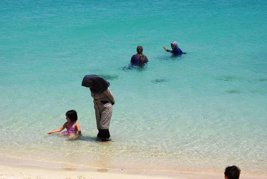 женщины на пляже острова Киш