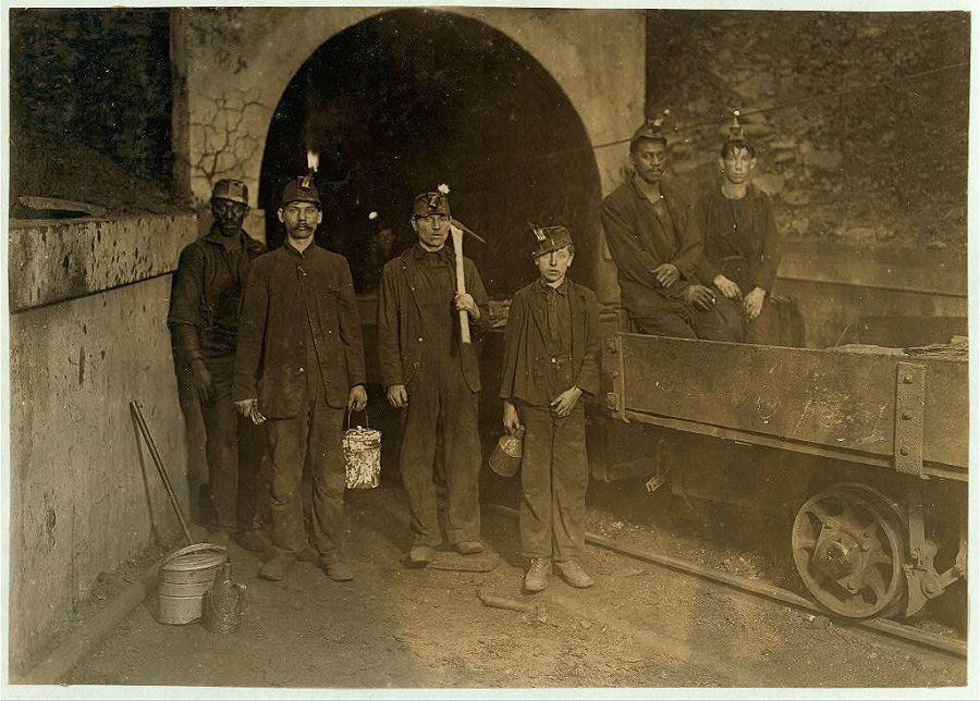 Главный вход в одну из шахт Западной Вирджинии. В центре мальчик, его рабочий день, как и у остальных, начинается в 7 утра и заканчивается в 6 вечера. Он получает $1 в день