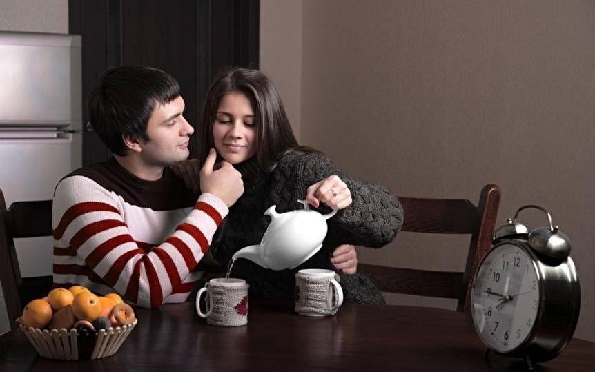 парень и девушка за столом