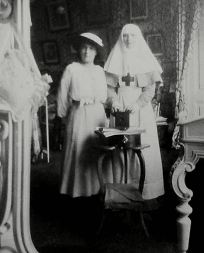 Анастасия Николаевна с сестрой, 1915 г.