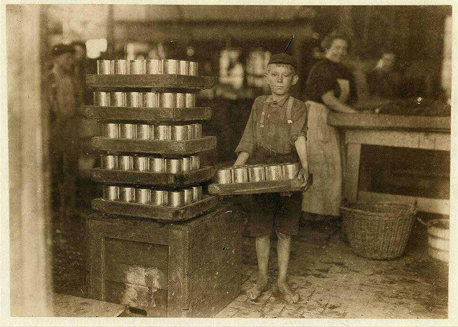 Один из маленьких грузчиков на фабрике в Балтиморе, Мэриленд. 1909 год