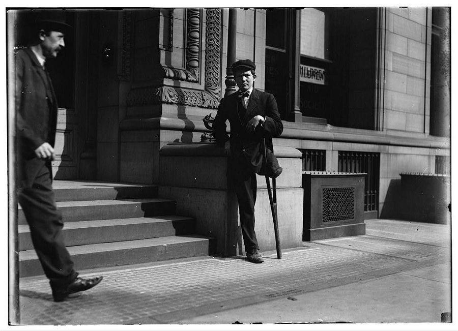 Нил Галлахер работать начал с 9 лет. В 11 потерял ногу из-за несчастного случая на производстве. После ампутации продолжает работать. Пенсильвания. 1909 год