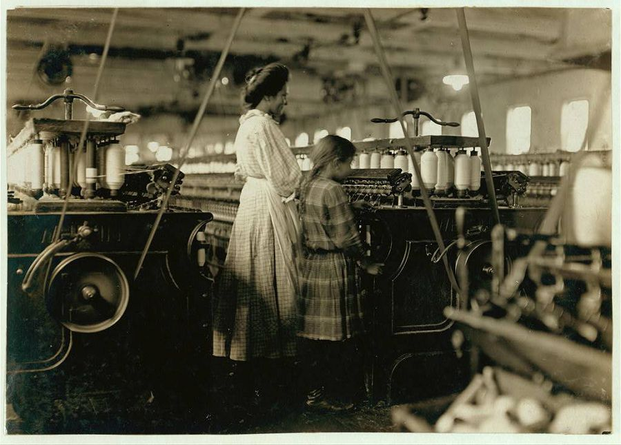 7-летняя девочка работает вместе со своей старшей сестрой на фабрике. Северная Каролина. 1908 год