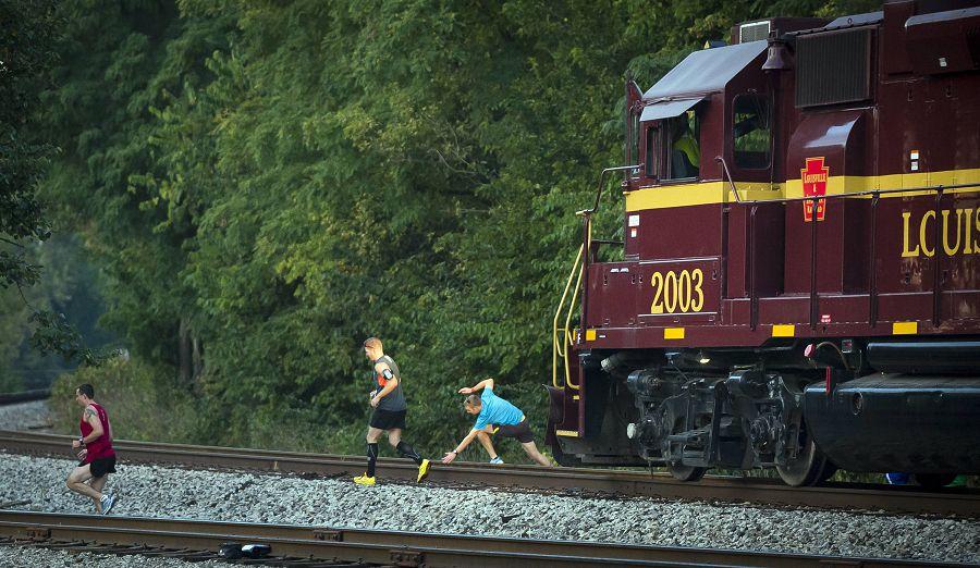 люди и поезд