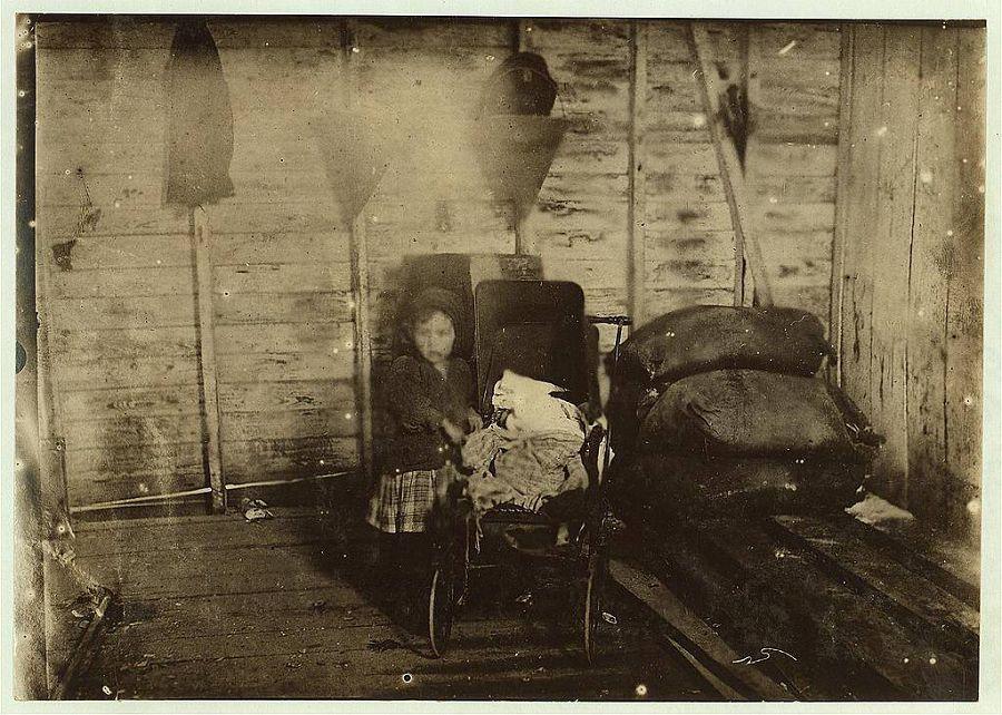 4-летняя Мэри Дэвис в те дни когда не работает, ухаживает за больных ребёнком (вероятно братом или сестрой). Луизиана. 1911 год