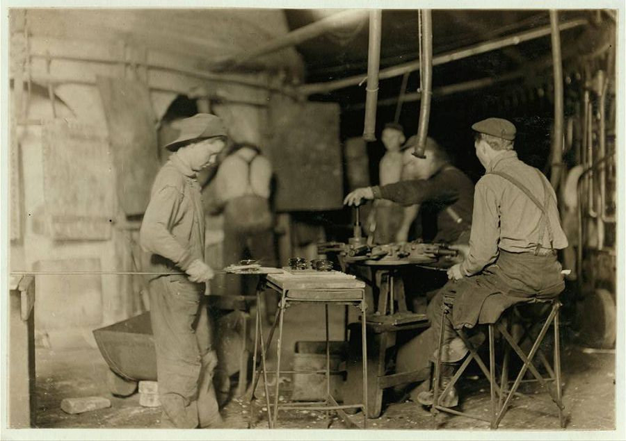Билл — подмастерье на стекольном заводе в Индиане. Получает 80 центов за рабочий день или ночь, так же как и 14 других детей, работающих там же. 1908 год
