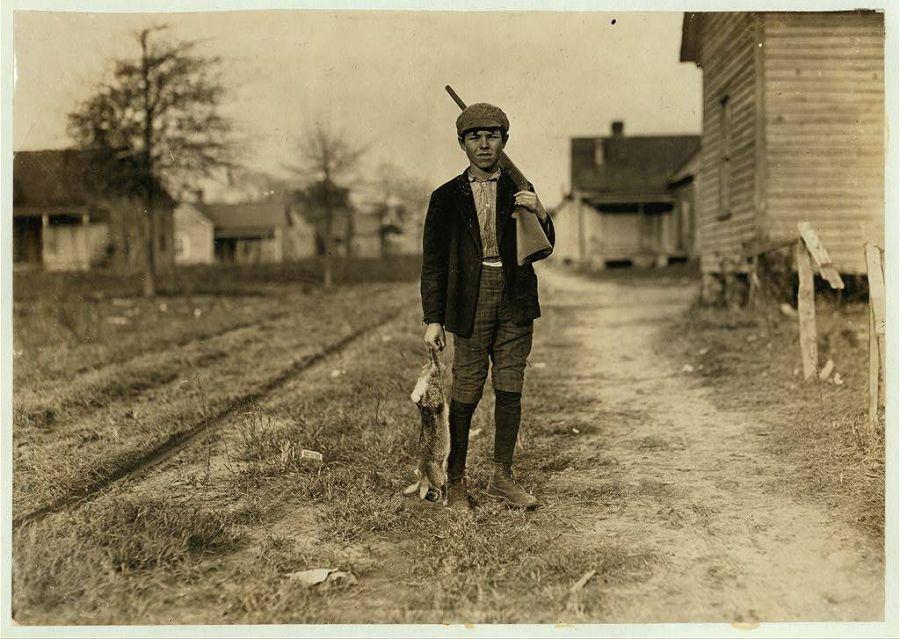 Чарли охотится уже 4 года. Если возвращается с добычей, получает 50 центов в день. Диллон, Северная Каролина. 1908 год