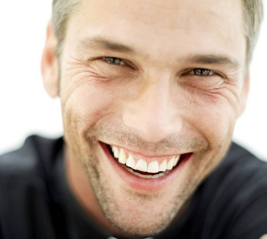 улыбающийся мужчина