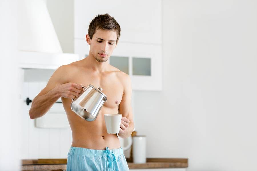парень наливает чай кофе