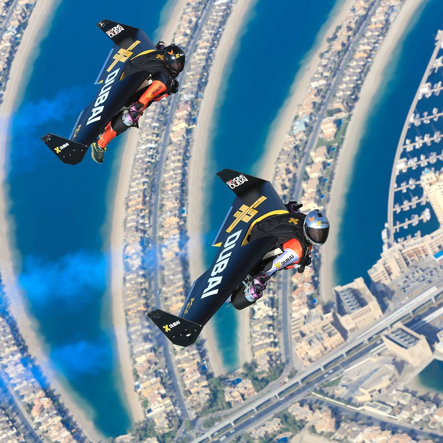реактивный человек над Дубаем