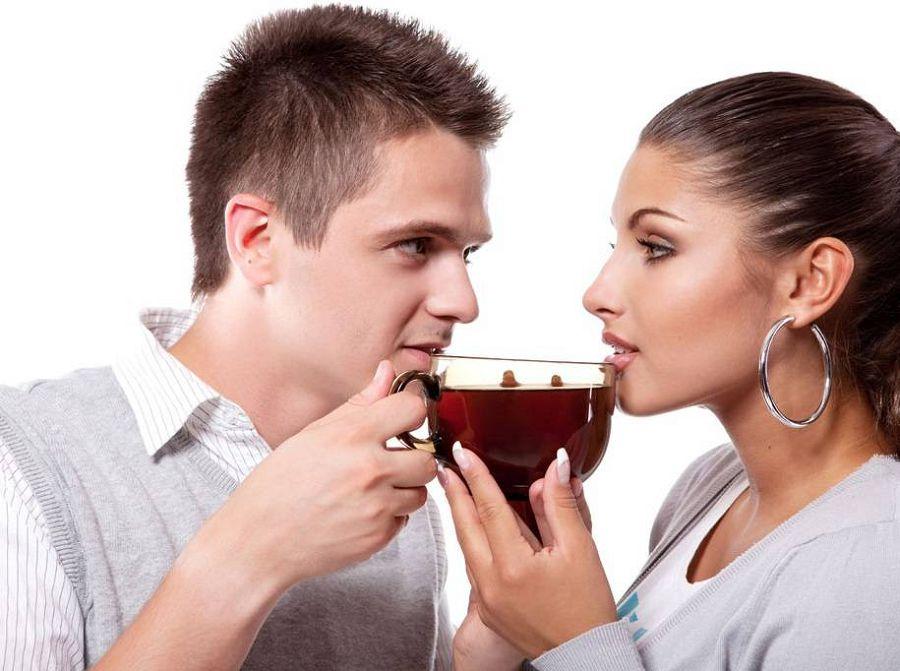 парень и девушка пьют чай