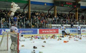 хоккейную команду завалили игрушками