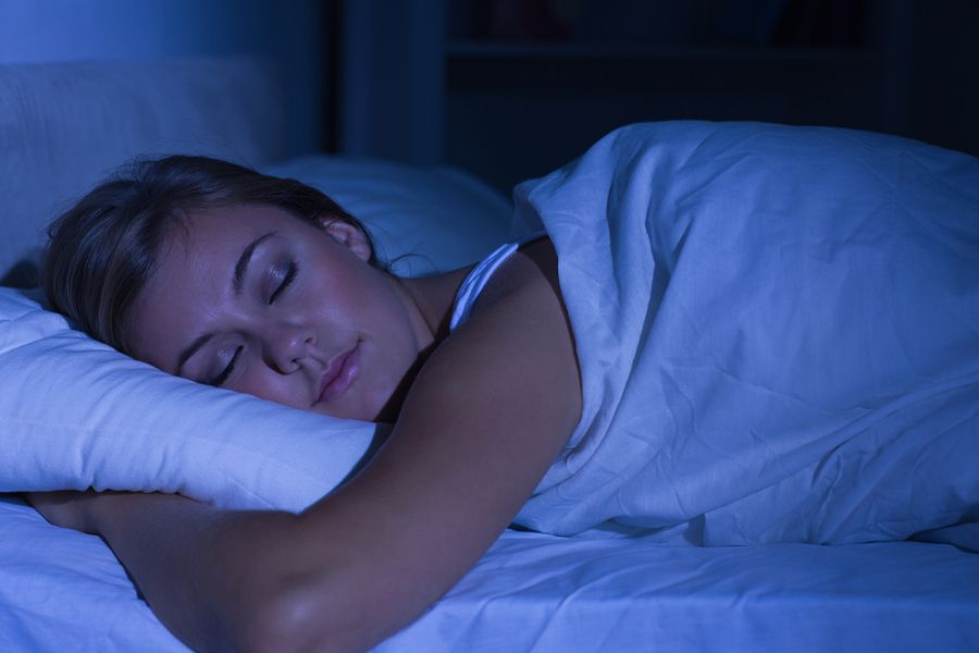 спать в темноте