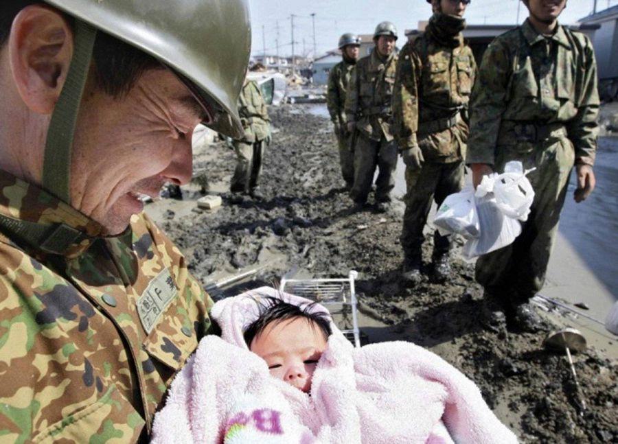 Спасенная после цунами девочка