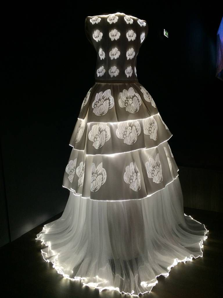 Платье из гирлянд и фонариков
