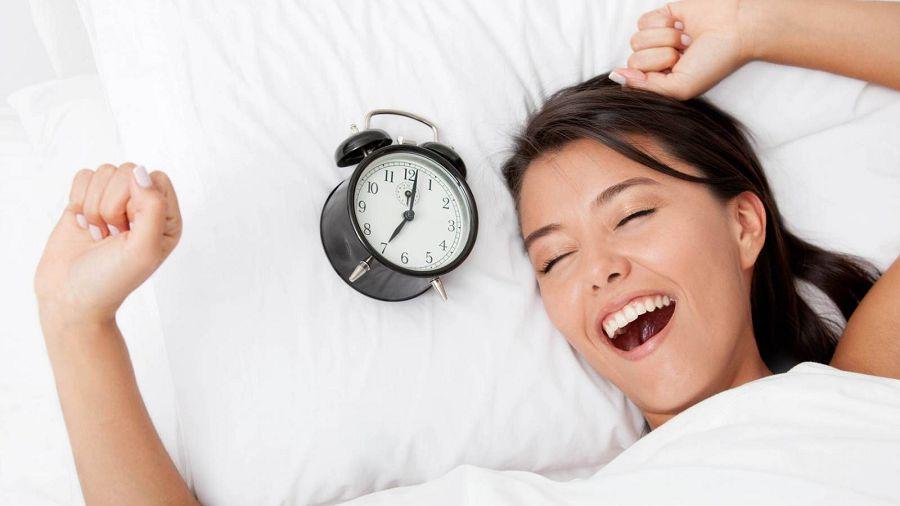 девушка, будильник, улыбка