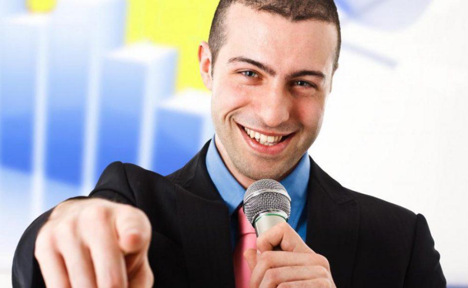 парень с микрофоном