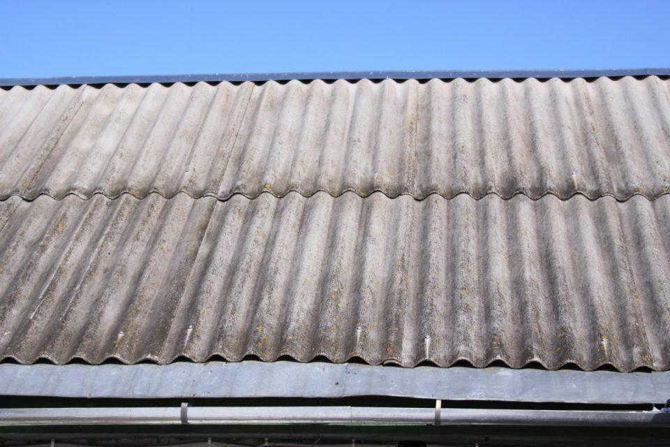 Листы шифера на крыше