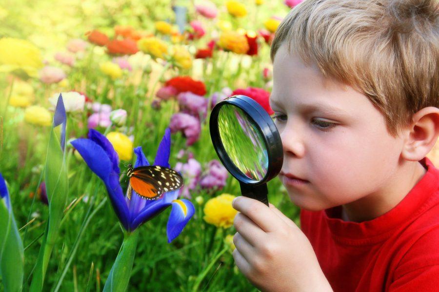 ребенок с увеличительным стеклом