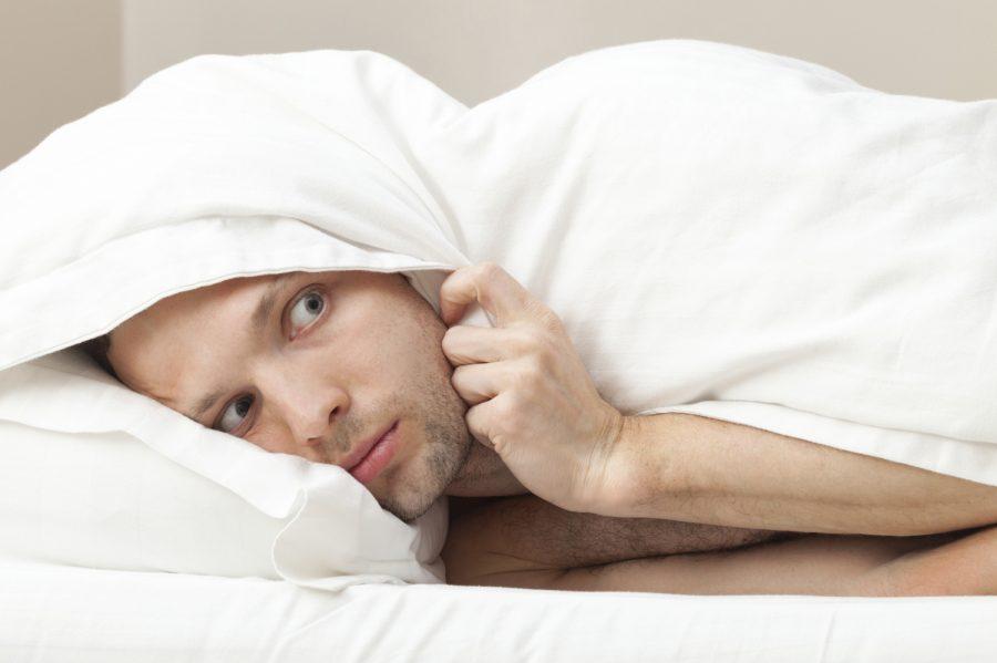 мужчина под одеялом