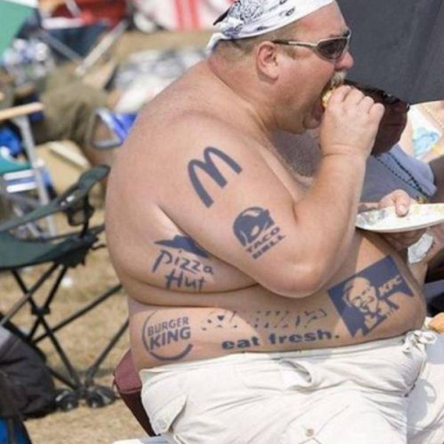 мужчина с бургерами в наколках