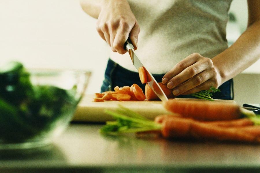 морковь режет