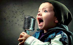 ребёнок поёт