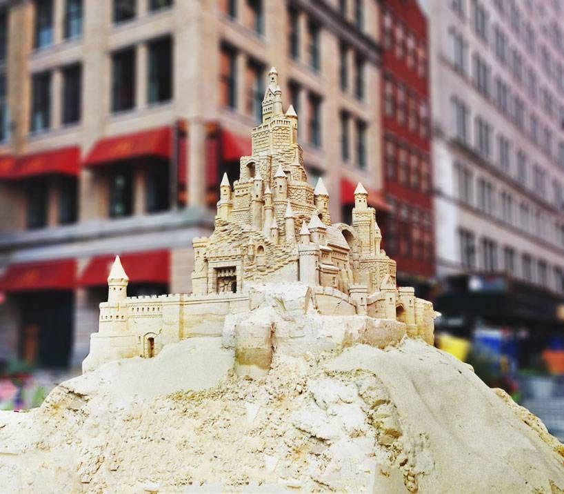 шедевры из песка.замок среди небоскребов Манхеттена