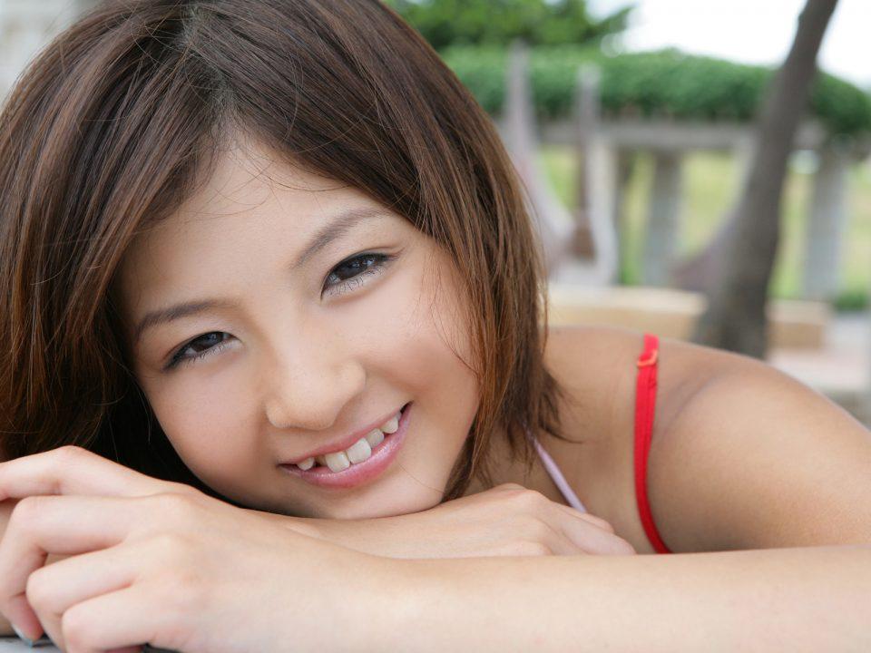 японка с кривыми зубами